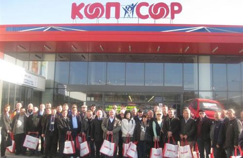 Hrvatski zadrugari ispred robne kuće COOP
