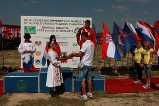 Giovanni Cernogoraz uručuje nagrade